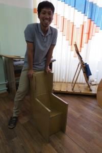 のぐち②「段ボールで作った箱イス(ティルト機能付き)」