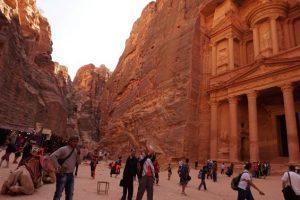 観光客で賑わうヨルダンのペトラ遺跡