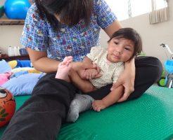 外来リハに来ている小頭症のアリアナ。最近は声を出したり、笑ったりするようになりました。